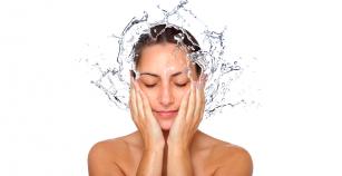 Para lavarse la cara es suficiente con usar agua