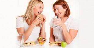 Beber agua durante las comidas engorda